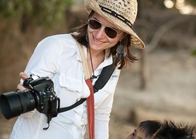 Photo-Tour-Leader-Naomi-with-kids-camera